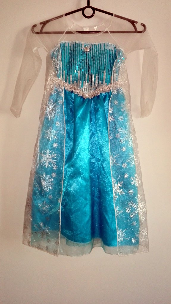 """1a23f53527 Bajka """"Kraina Lodu"""" była dla nas inspiracją do stworzenia błękitnej sukienki  dla dziewczynki"""